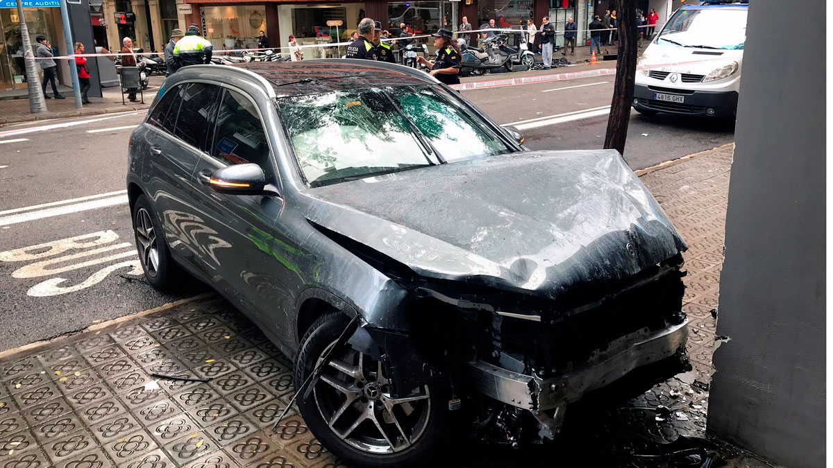 Una niña de diez años muy grave tras ser arrollada por un conductor que ha invadido la acera en Barcelona
