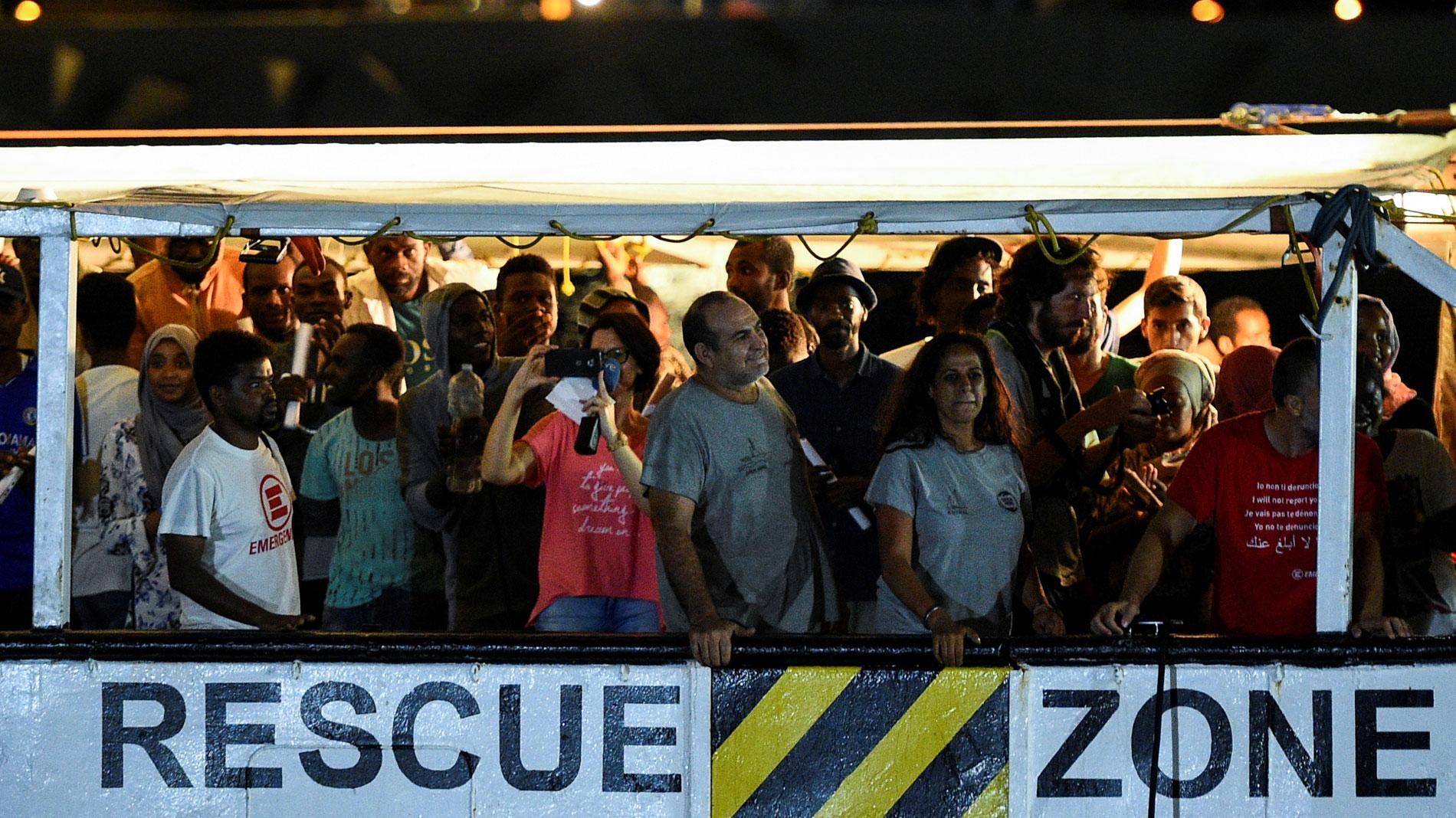 El Open Arms desembarca en Lampedusa a los 83 migrantes