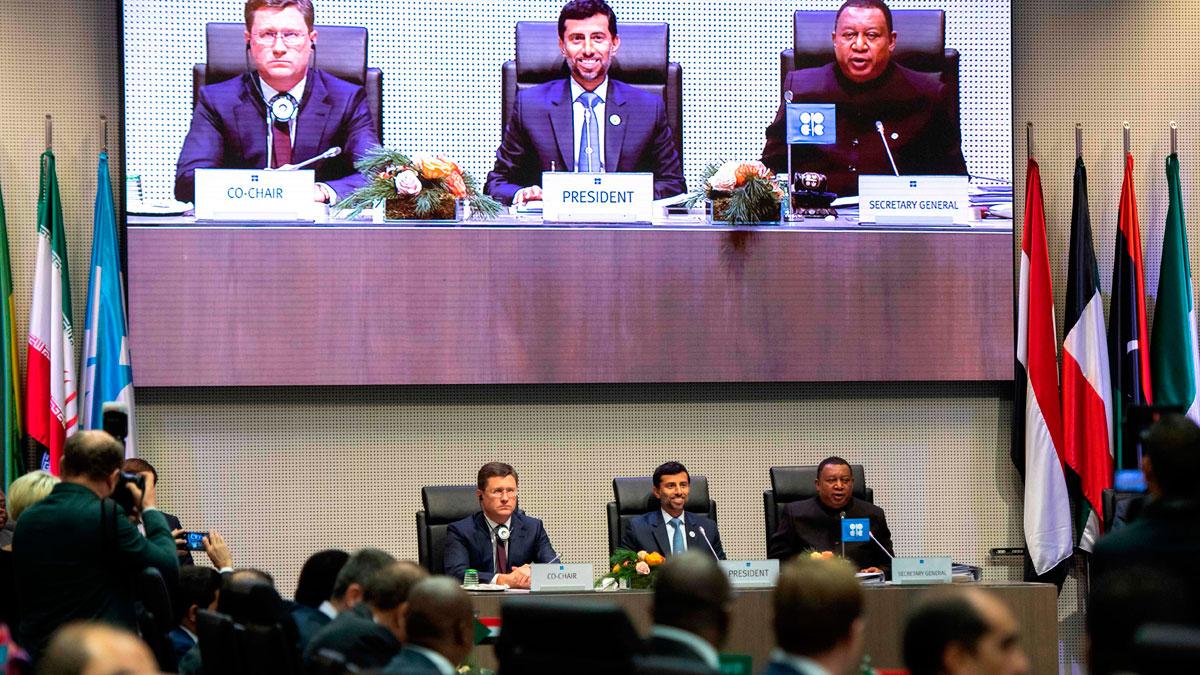 La OPEP y sus aliados pactan retirar 1,2 millones de barriles diarios para sostener los precios