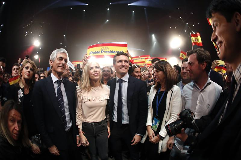 El candidato del Partido Popular a la presidencia del Gobierno, Pablo Casado, acompañado por su esposa, y Adolfo Suárez Illana (2i) en el acto de inicio de campaña electoral.