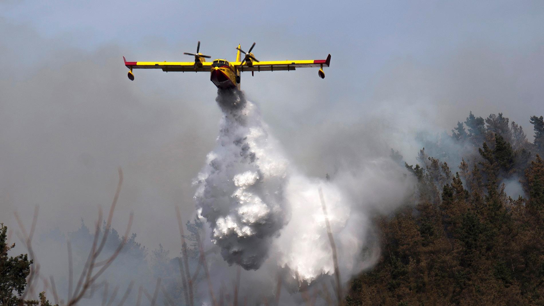 Permanecen activos medio centenar de incendios forestales en Cantabria