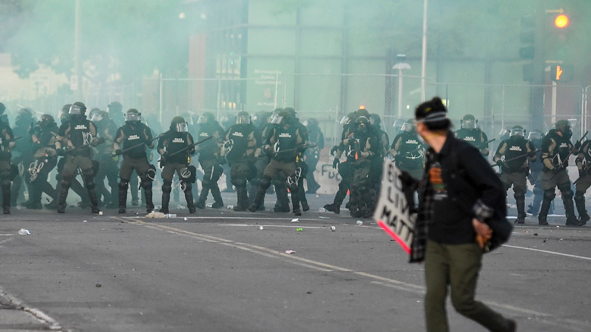 La policía de Mineápolis carga contra manifestantes y periodistas tras saltarse el toque de queda