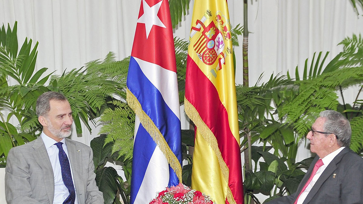 Los reyes finalizan su visita a Cuba con una reunión sorpresa de Felipe VI con Raúl Castro