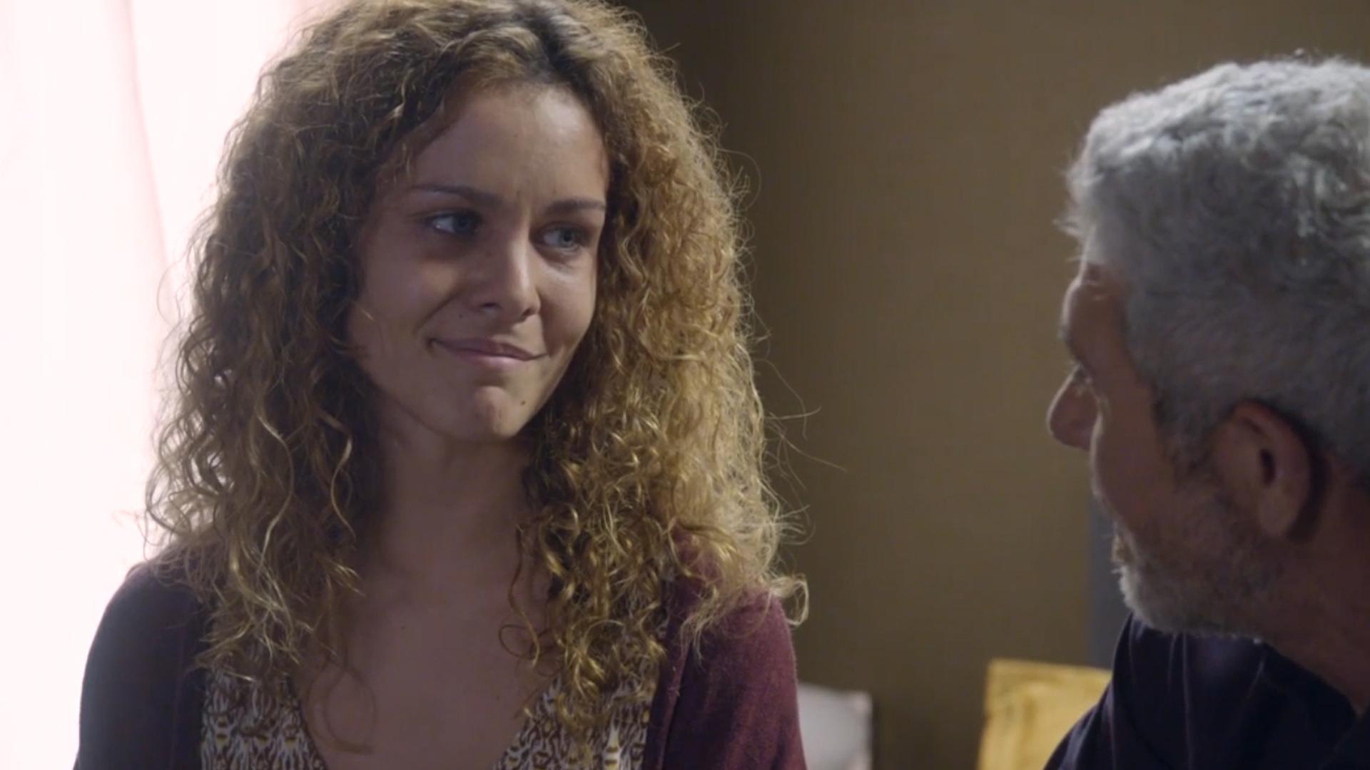 Sandra le cuenta un secreto a Quintero