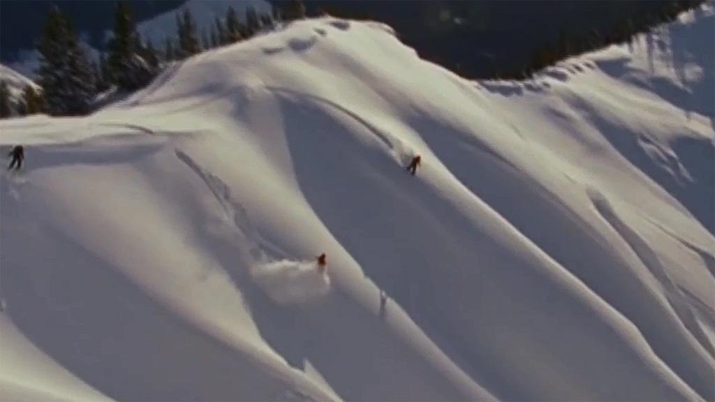 Snowboard cien por cien femenino en las montañas rocosas