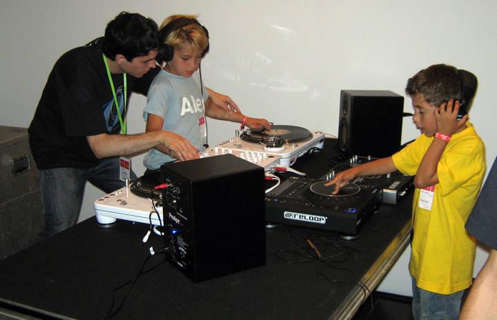 Los chicos disfrutan creando sus propios ritmos como un auténtico Dj.