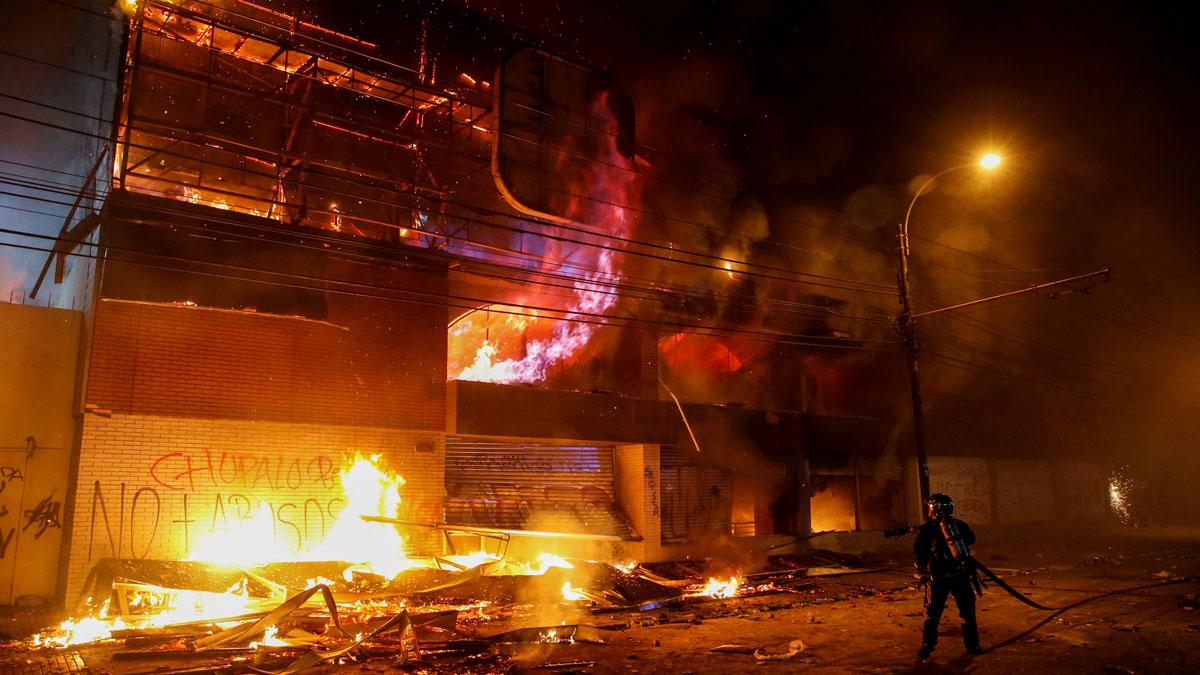 La suspensión de la subida del billete de metro no frena los disturbios en Chile y Piñera decreta el toque de queda