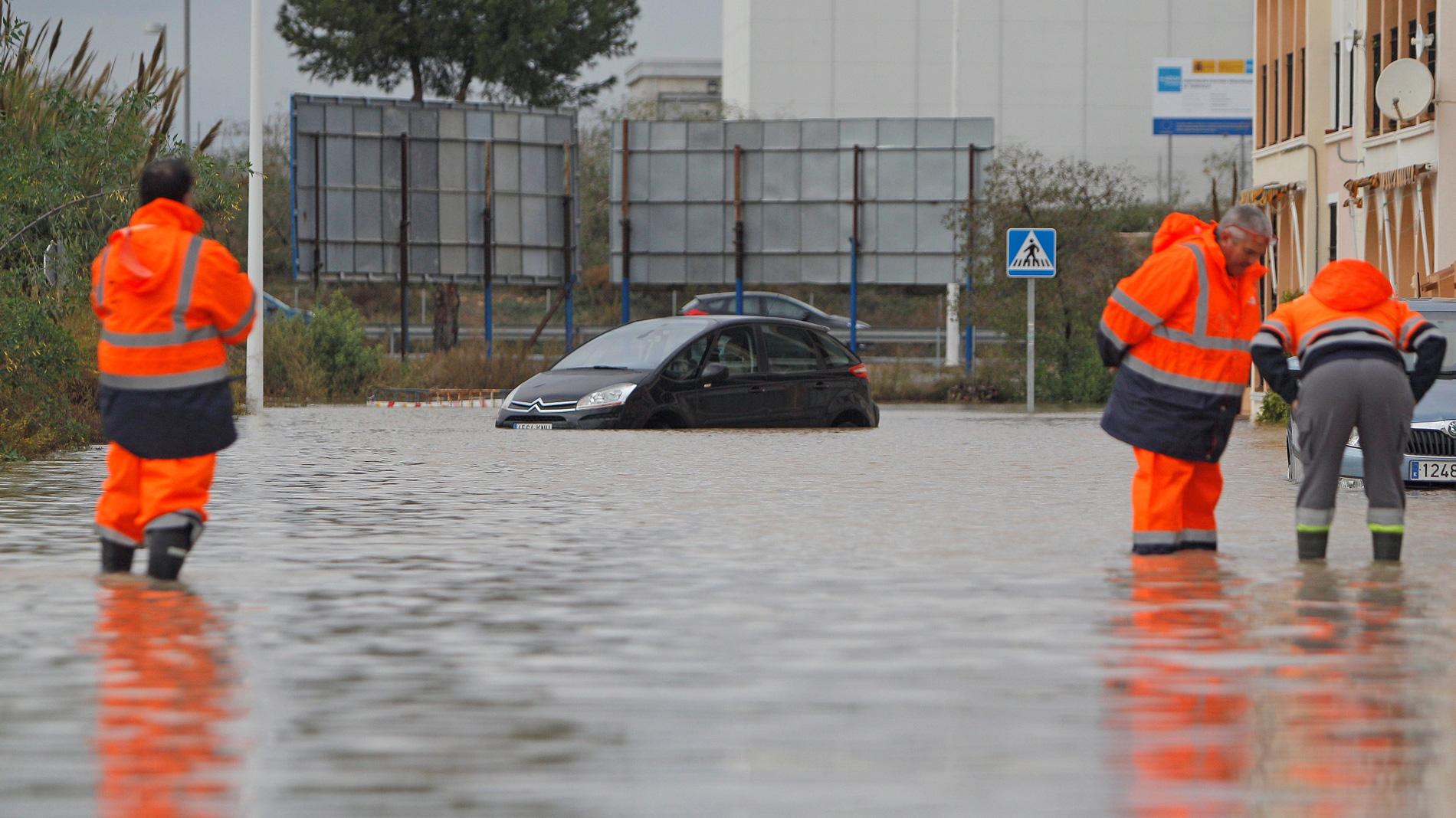 El temporal de lluvia deja un fallecido en Lugo y miles de alumnos sin clase en Valencia