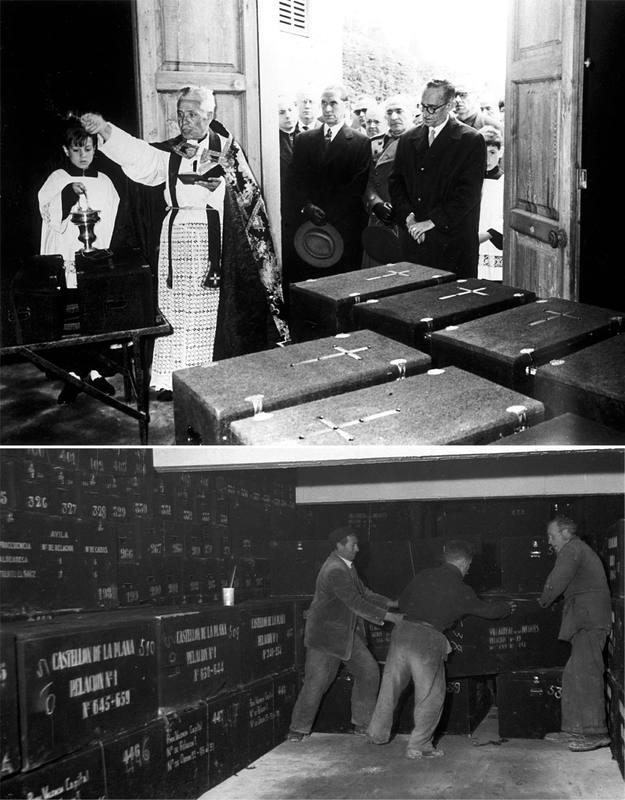 Un sacerdote supervisa el envío de columbarios desde  Barcelona (arriba) y un grupo de operarios introduce las urnas de madera en las criptas de la basílica del Valle de los Caídos (abajo).