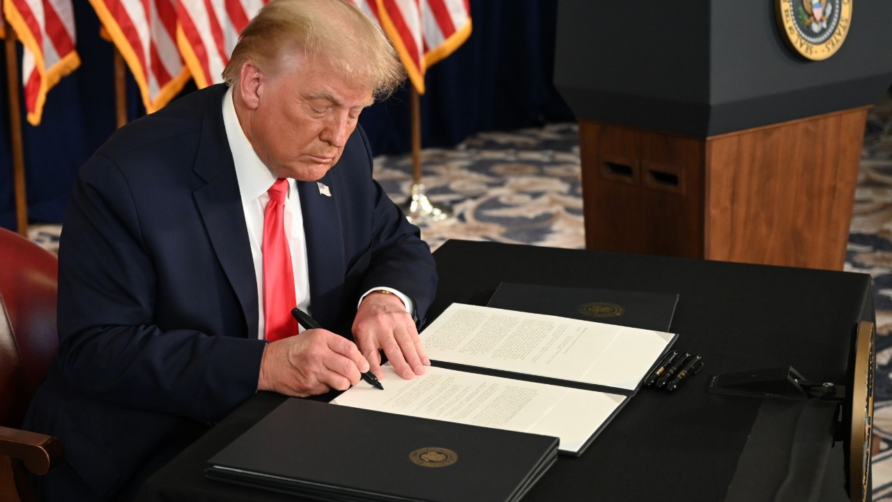 Trump extiende por decreto las ayudas económicas del coronavirus ante el bloqueo en el Congreso