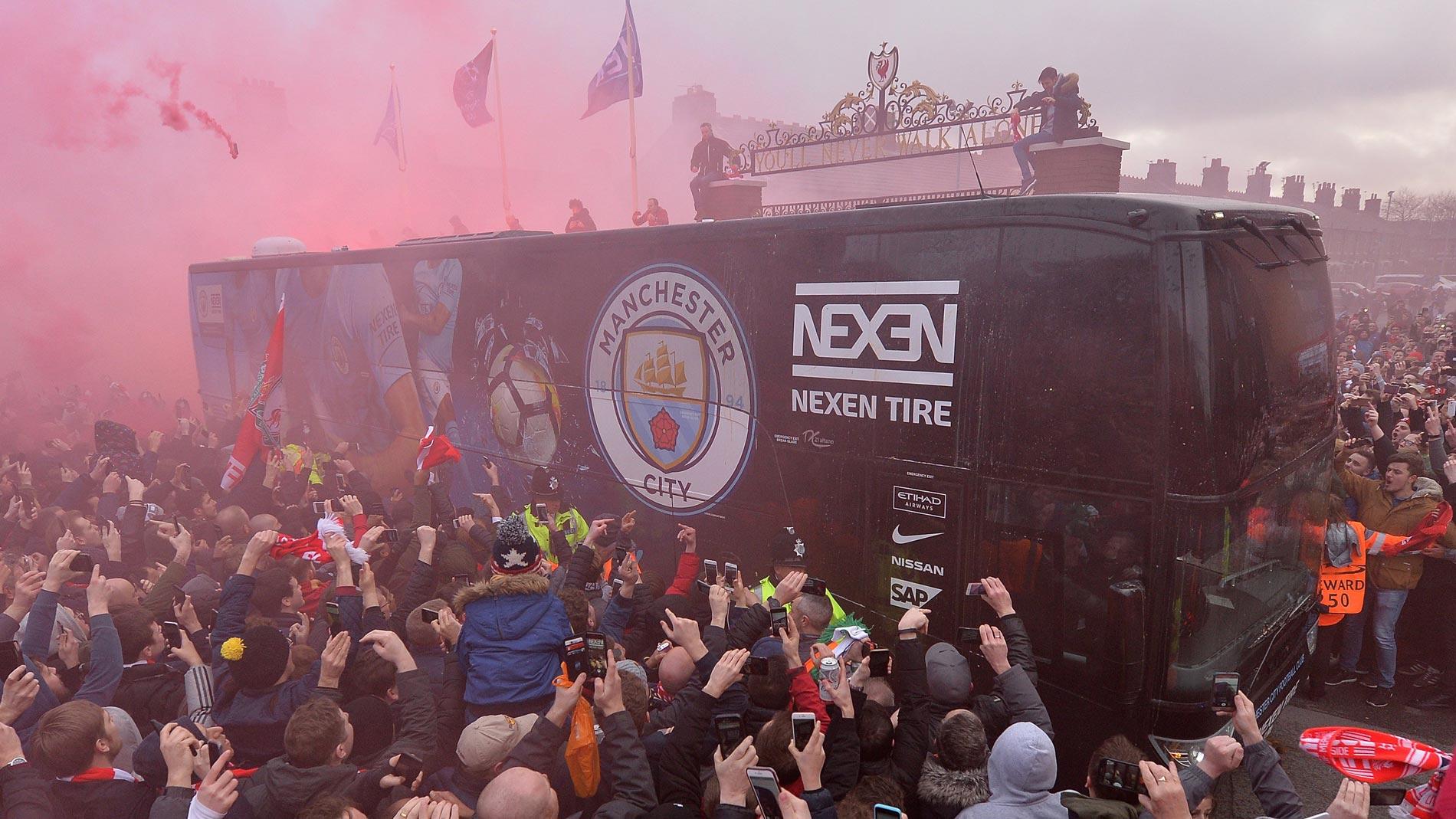 La UEFA abre un expediente al Liverpool por el lanzamiento de objetos al autobús del City