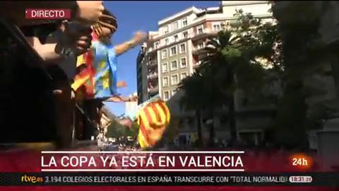 El Valencia celebra la Copa con su afición