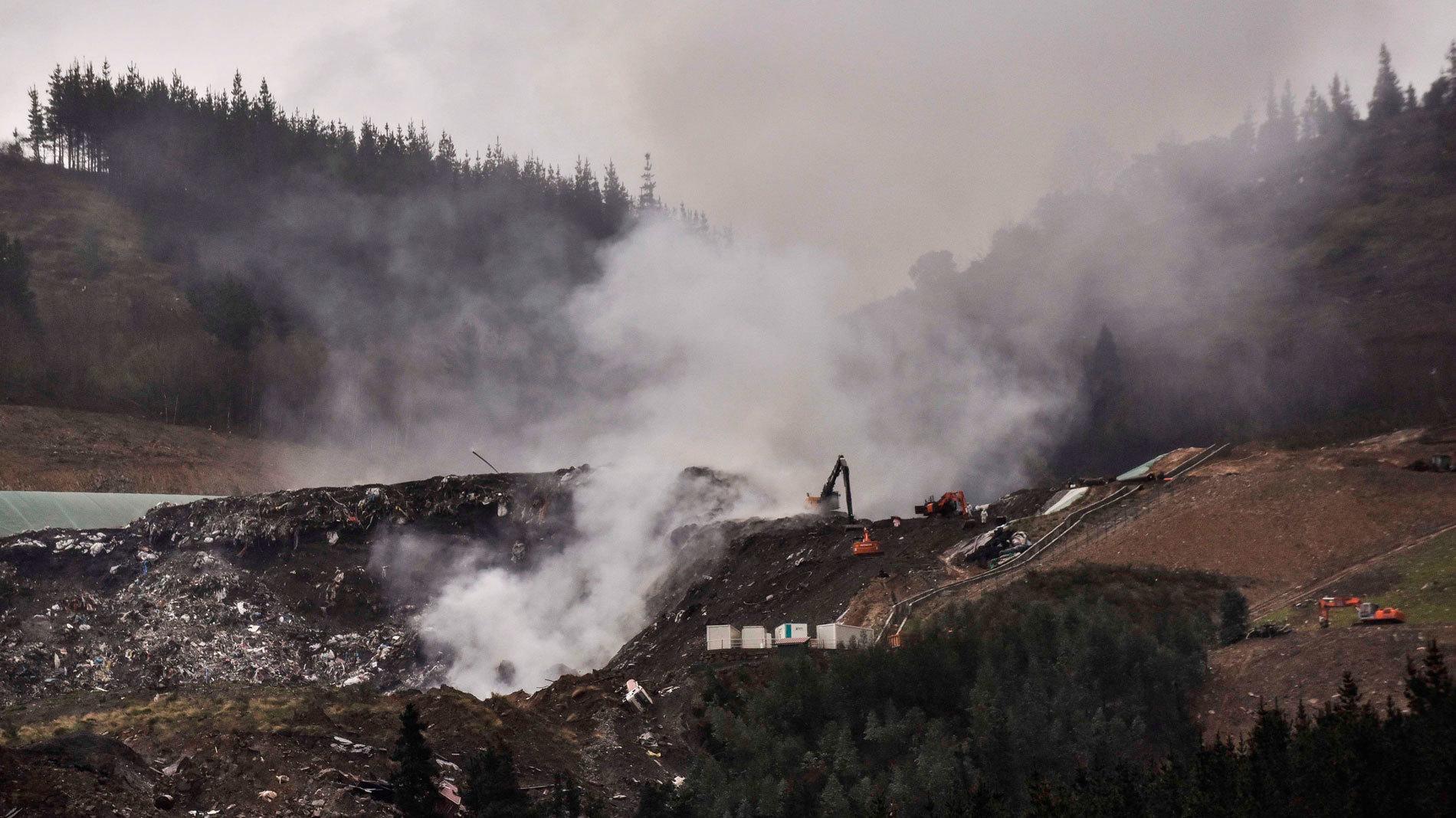 Los equipos de extinción logran apagar los frentes del incendio en el vertedero de Zaldibar
