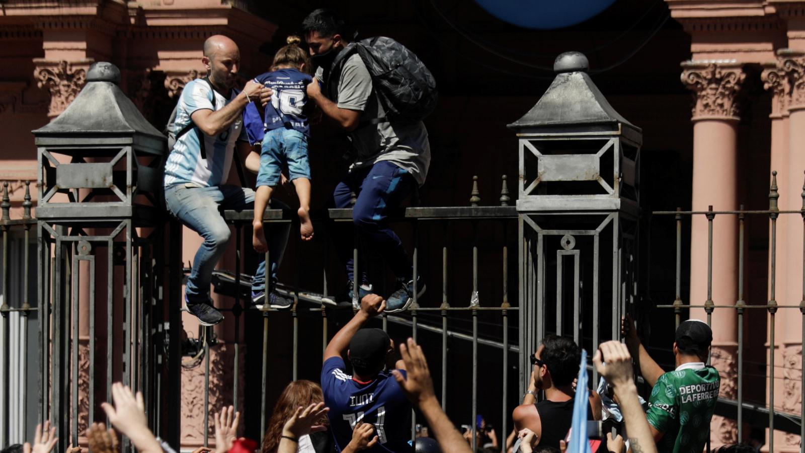 Argentina se despide de Maradona en un multitudinario adiós en la Casa Rosada