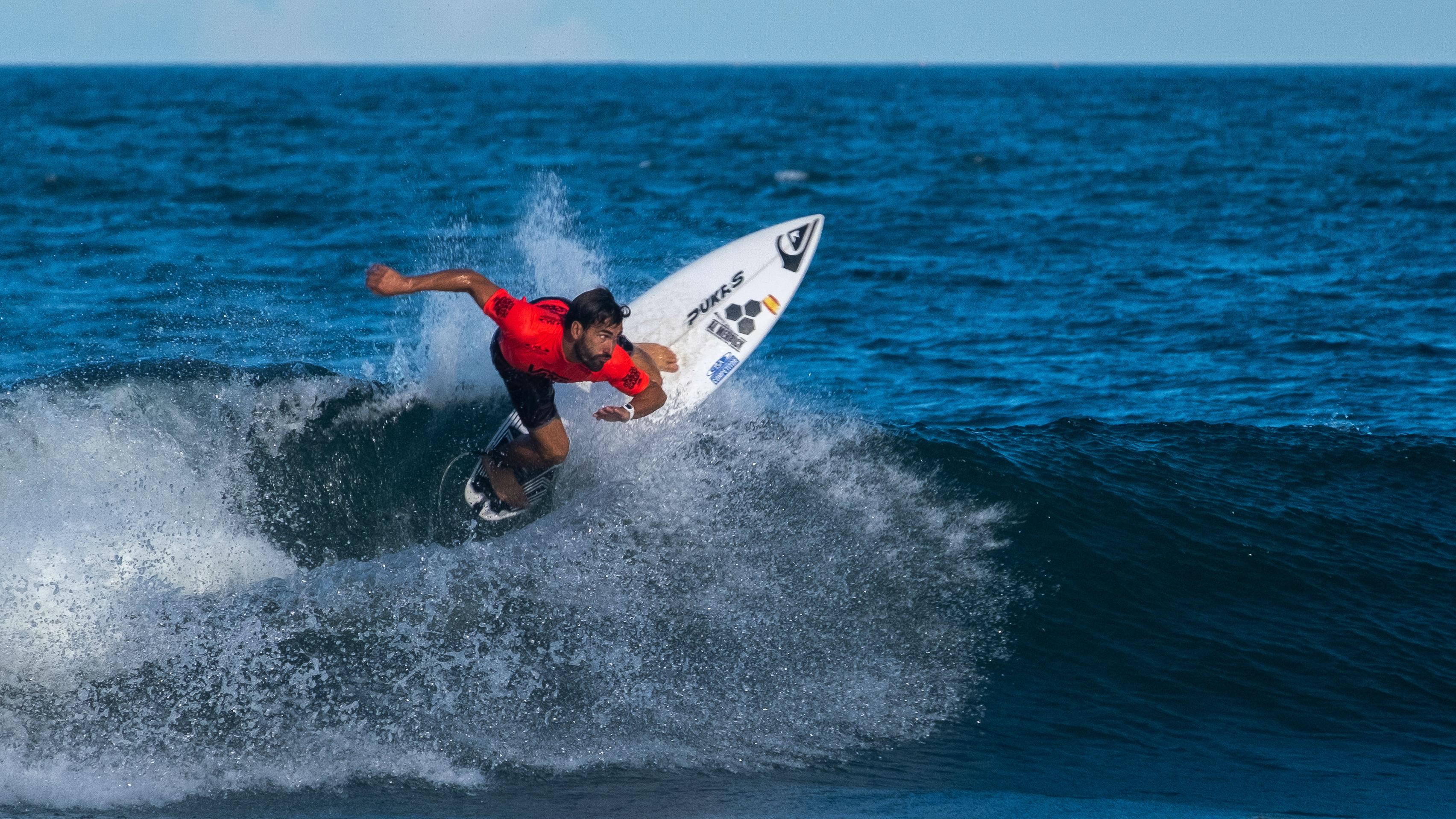 Vicente Romero y Aritz Aramburu pasan a la segunda ronda del Mundial de Surf de Japón