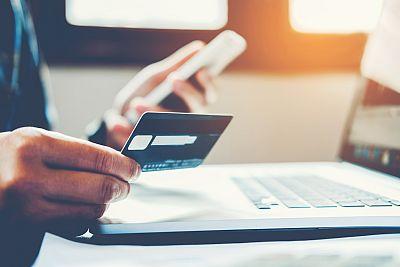 Más comisiones y más difícil evitarlas: la banca penaliza a sus clientes menos vinculados