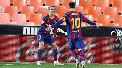 El Barça remonta en Valencia para mantener sus opciones al título de Liga