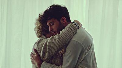 """Blas Cantó estrena el videoclip de """"Voy a quedarme"""": un viaje íntimo por sus recuerdos"""