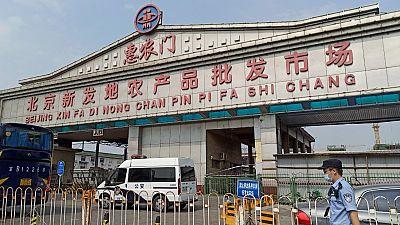 Un brote de coronavirus en el principal mercado de Pekín dispara las alarmas en China