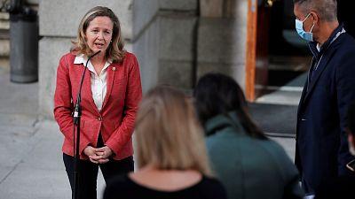 Calviño pide a los bancos minimizar los despidos y critica los altos sueldos de los directivos