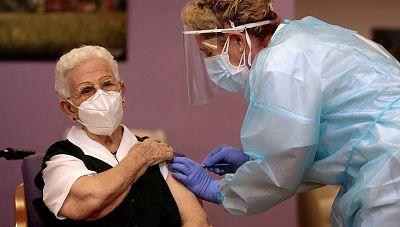 La vacunación contra el coronavirus arranca en España en residencias de todo el país