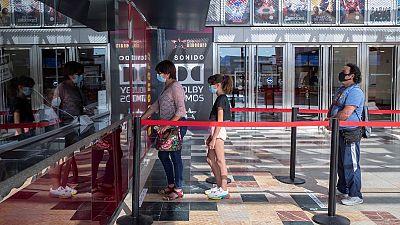 El cierre de Hollywood amenaza con vaciar los cines del resto del mundo