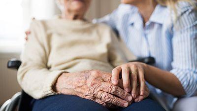 Atender a un familiar dependiente las 24 horas: descuidarse para cuidar