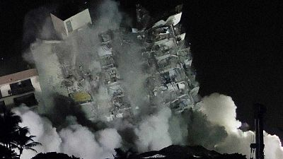 Demolido con una explosión controlada los restos del edificio siniestrado en Miami-Dad