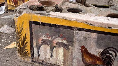 Descubren en Pompeya un termopolio, donde se servía comida y bebida, decorado y con aún restos de alimentos