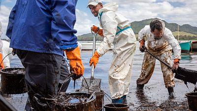 Despliegan buques cisterna y helicópteros para frenar el vertido de combustible en Mauricio