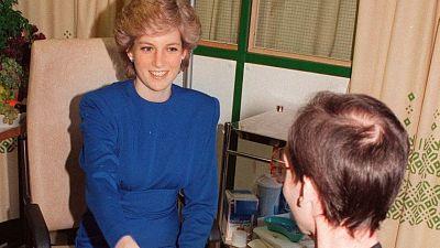 Diana de Gales da la mano a un enfermo de sida: 34 años desde esta fotografía