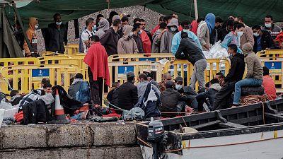 """El drama humano tras el colapso migratorio en Canarias: """"Estas islas representan para ellos una gran cárcel"""""""