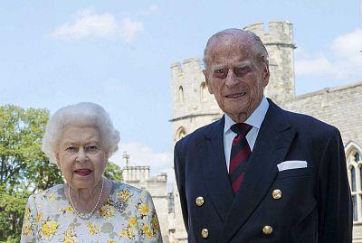 """El duque de Edimburgo """"responde al tratamiento"""" por una infección y continuará en el hospital, según Buckingham"""