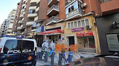 "Edificios confinados bajo vigilancia policial: ""Nos han dicho 14 días, no podemos salir ni a comprar"""