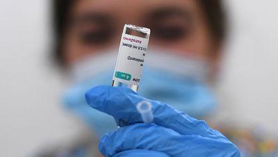 """La EMA confirma el """"posible vínculo"""" de la vacuna de AstraZeneca con casos raros de trombos"""