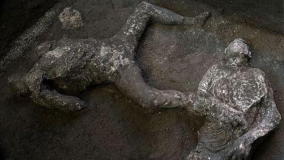 Un equipo de arqueólogos halla y reconstruye en Pompeya los cuerpos de dos hombres con sus ropas
