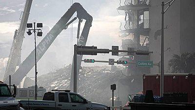 """Un incendio """"grande"""" dificulta las labores de rescate de posibles supervivientes en el derrumbe de Miami"""
