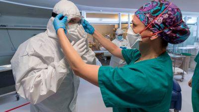 ¿Hacen falta más plazas de médicos en España o hay que mejorar sus condiciones laborales?