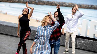 Los actores de 'Explota, explota' rompen a bailar en el Festival de San Sebastián