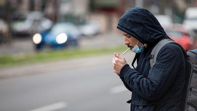 Fumar en terrazas y espacios públicos aumenta el riesgo de contagio, alertan los neumólogos