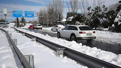 El hielo y la nieve dificultan el tráfico en 691 carreteras del país y mantienen cerrada la T1 de Barajas