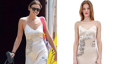 Irina Shayk estrena tendencia con este vestido 'tatuado' con mensaje pacifista