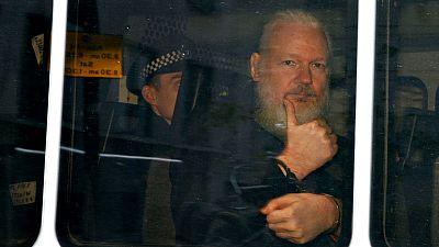 Julian Assange es detenido por la policía británica tras retirarle Ecuador el asilo y solicitar EE.UU. su extradición