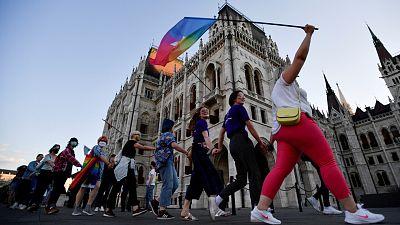 """La Comisión Europea califica de """"vergüenza"""" la ley anti-LGTBI de Hungría"""