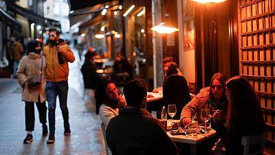 Madrid adelanta el cierre de hostelería y comercios a las 21h y prohíbe las reuniones de más de cuatro personas