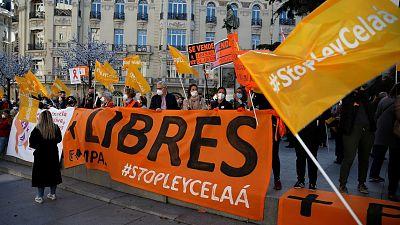 """La escuela concertada se concentra frente al Congreso contra la 'ley Celaá' a la que tachan de """"fraude"""" y """"chapuza"""""""