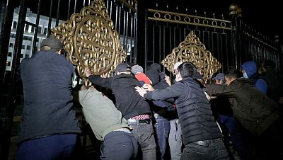 Manifestantes ocupan la sede de gobierno en Kirguistán en protesta por el resultado de las elecciones parlamentarias