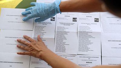 Más de 450 contagiados con coronavirus no podrán votar el domingo en Galicia y País Vasco