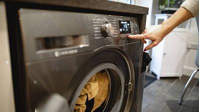 Nueva factura de la luz: ¿mis vecinos pueden quejarse si pongo la lavadora por la noche?, ¿me pueden multar?