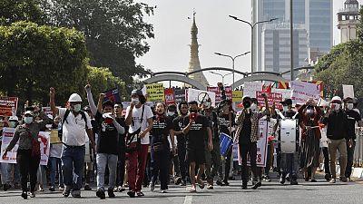 Miles de personas vuelven a manifestarse en Birmania tras la tercera noche sin internet